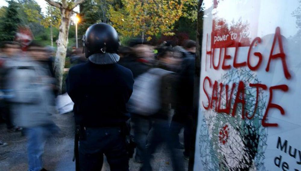 Un policía vigila a los manifestantes
