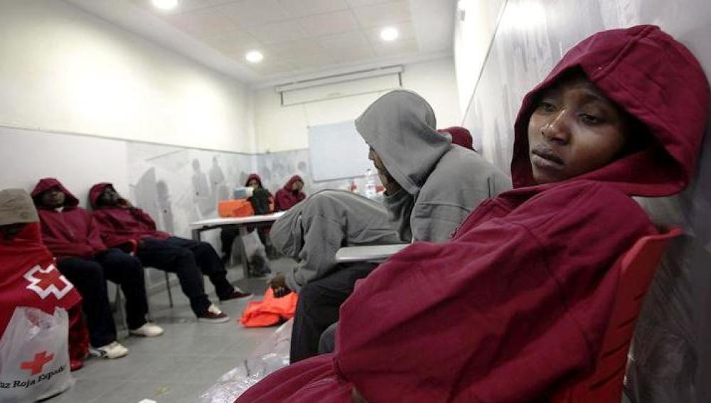 Inmigrantes rescatados de una patera en Tarifa (Cádiz)