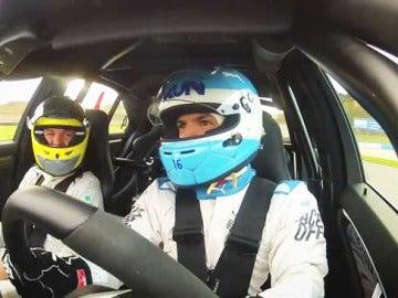 El Kun Aguero y Nico Rosberg conduciendo.