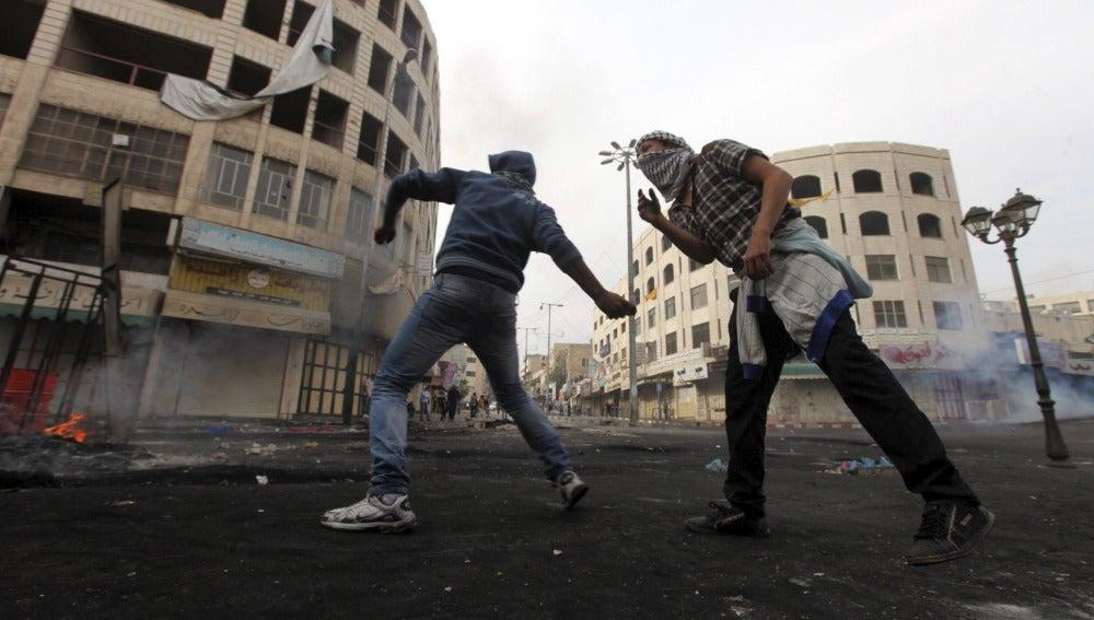 Jóvenes palestinos lanzan piedras a soldados israelíes