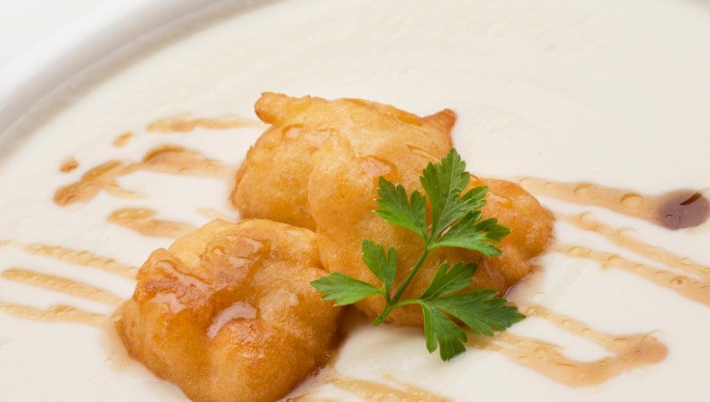 Crema de coliflor con buñuelos