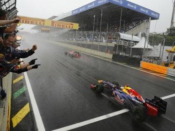 Vettel llega a meta en Brasil