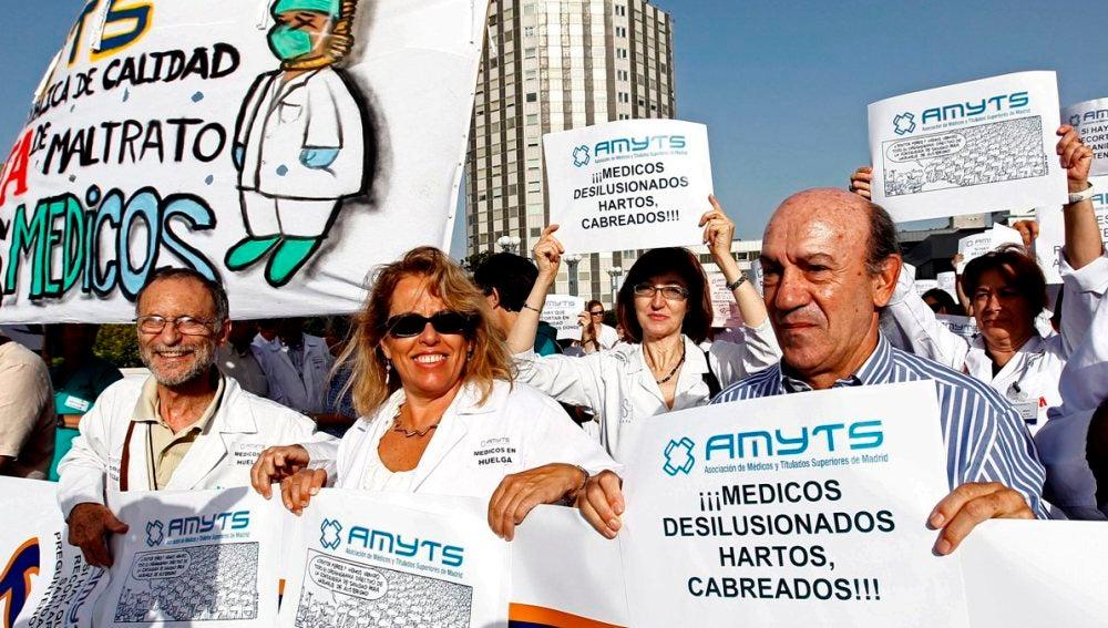 Profesionales sanitarios ante el hospital de La Paz en una imagen de archivo