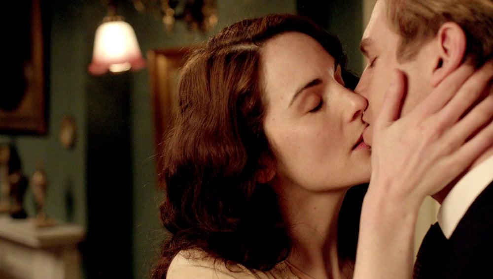 Mary besa a Matthew