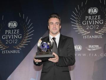 Alonso recoge el trofeo por ser subcampeón del Mundo 2012