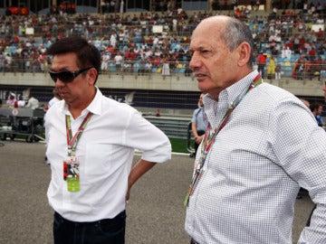 Peter Lim accionista de McLaren junto a Ron Dennis, presidente de la escudería.