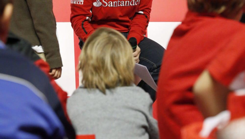 Alonso, rodeado de niños