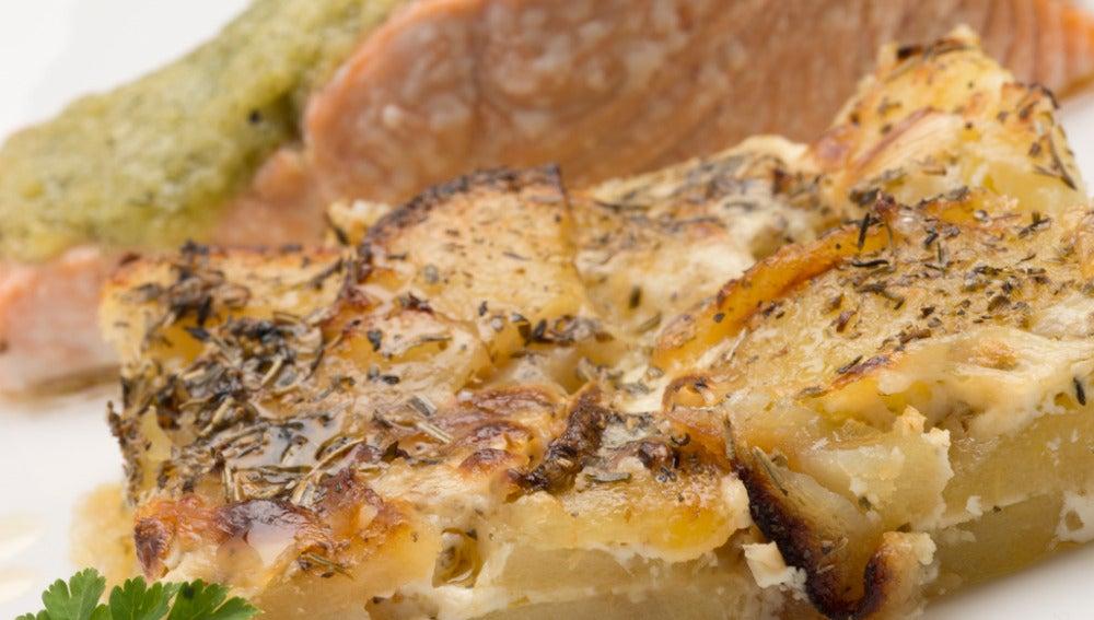 Salmón asado con pastel de patata