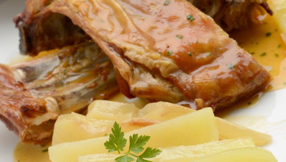 Cordero asado con peras y patatas