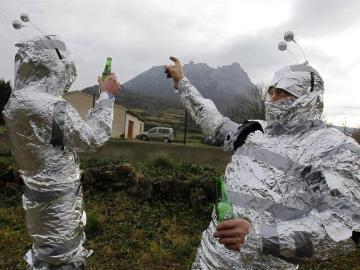 Dos hombres disfrazados de extraterrestres posan con el monte Bugarach