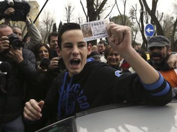 Un joven muestra su décimo en Alcalá de Henares