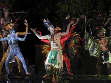 Un grupo de teatro participa de los actos en el marco del fin de 13 baktun maya