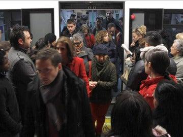 Afluencia en uno de los vagones del metro de Madrid