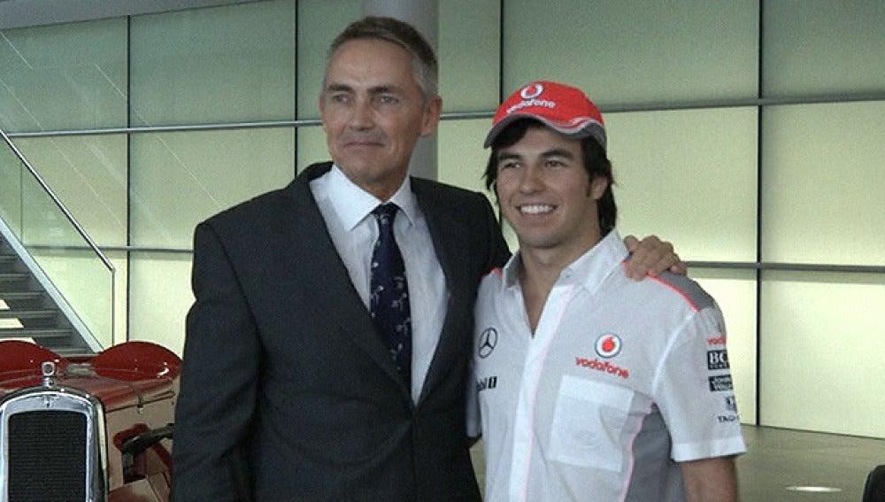 Sergio Pérez junto a Martin Whitmarsh en la sede de Woking