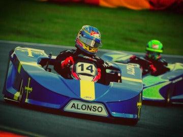 Alonso, subido en un kart