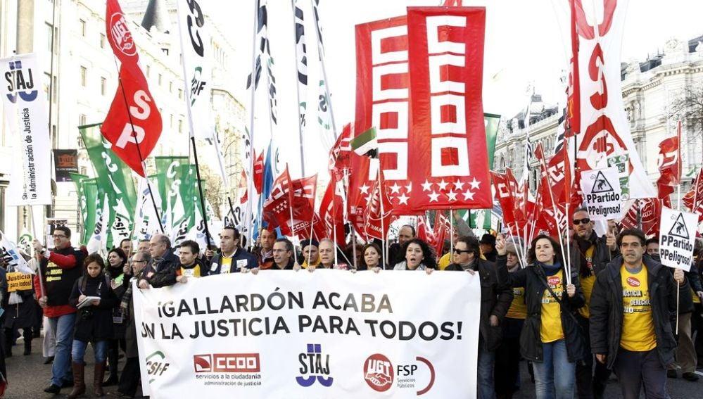 Cabecera de la manifestación en la que los sindicatos piden la retirada del 'tasazo'