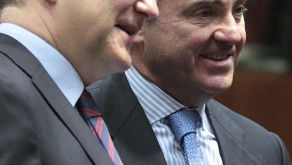 Luis de Guindos, y el vicepresidente económico de la Comisión Europea, Olli Rehn