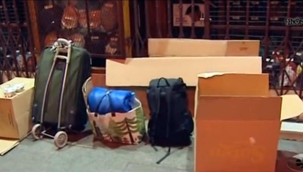 Cajas de cartón y maletas en el lugar en el que pernocta una persona 'sin techo'