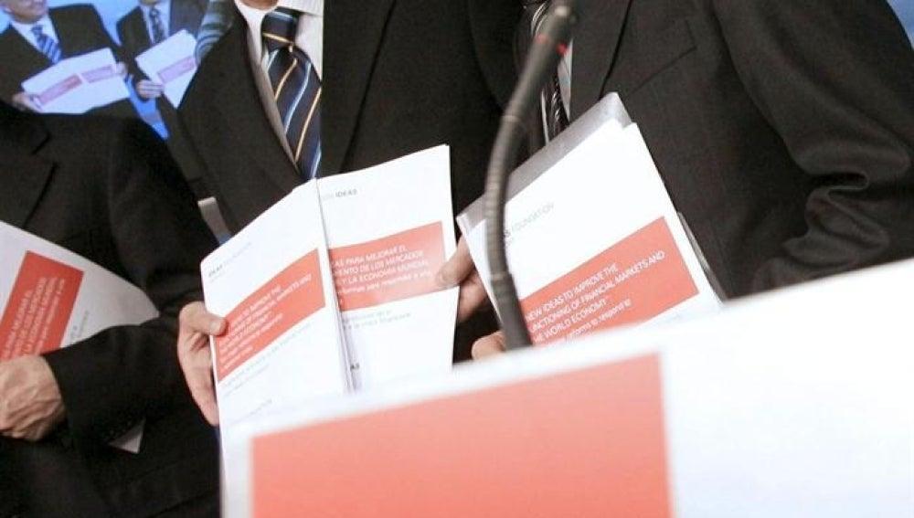 El vicepresidente ejecutivo de la Fundación Ideas, Jesús Caldera y Carlos Mulas. Archivo