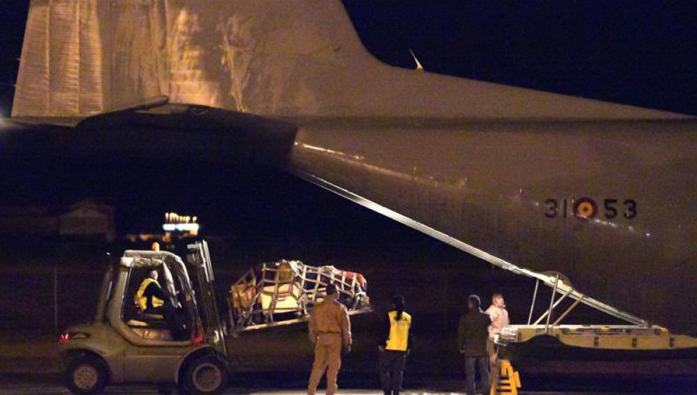 Personal militar carga el avión Hércules
