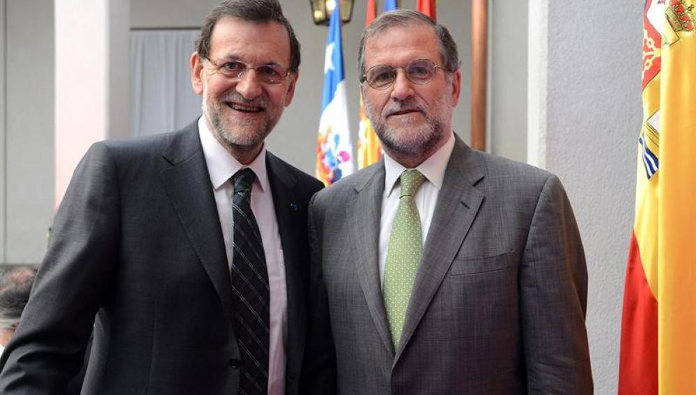 El presidente del Gobierno español, Mariano Rajoy, posando con el empresario chileno Gastón Cruzat