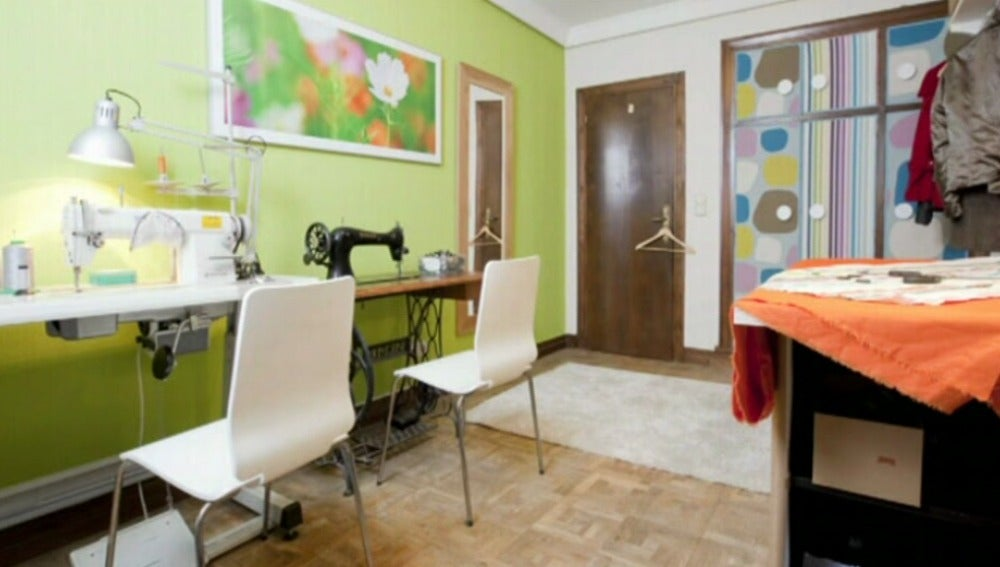 Un taller de costura ordenado y alegre en casa