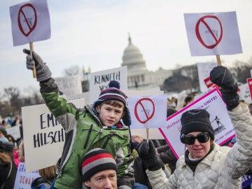 Miles de manifestantes marchan en Washington para pedir más control de armas