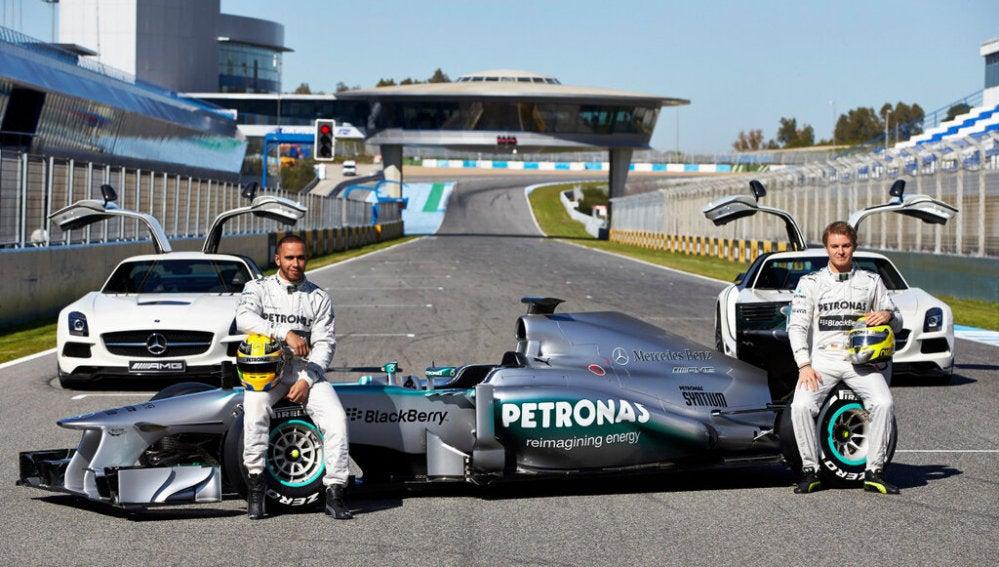 Hamilton y Rosberg con el W04