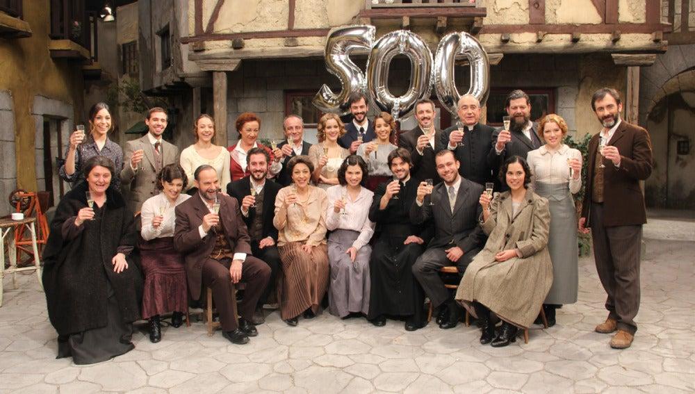 Los actores brindan por los 500 capítulos
