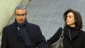 Diego Torres, acompañado de su mujer, Ana María Tejeiro, a su llegada a los juzgados de la capital balear