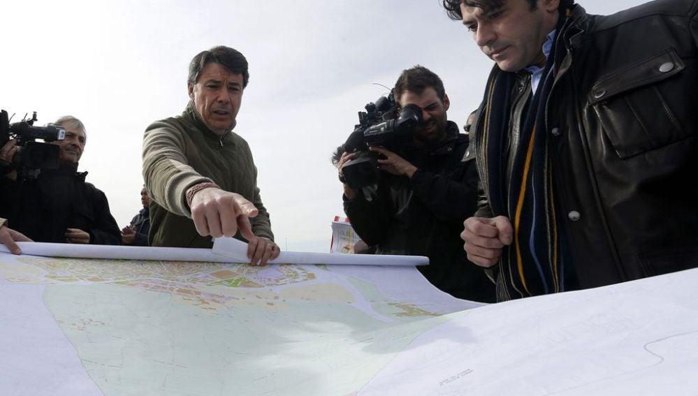 El presidente de la Comunidad de Madrid, Ignacio González, junto al alcalde de Alcorcón, David Pérez