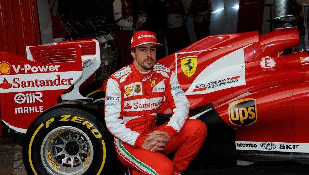 Alonso posa con el F138 en Montmeló