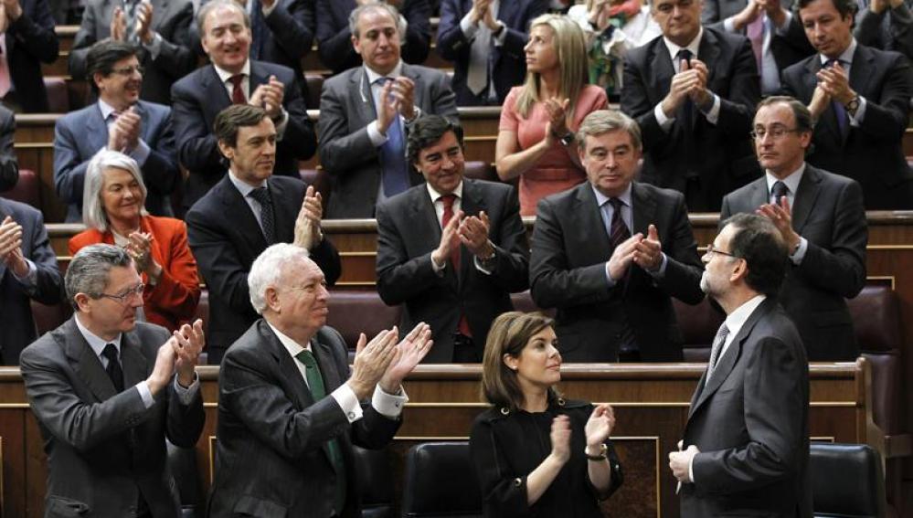 El presidente del Gobierno, Mariano Rajoy, recibe los aplausos de la bancada del PP