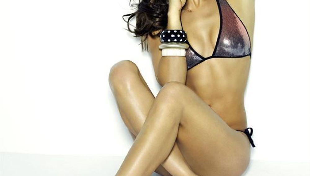 Una pose muy sexy de la modelo rusa, increíble con biquini metalizado