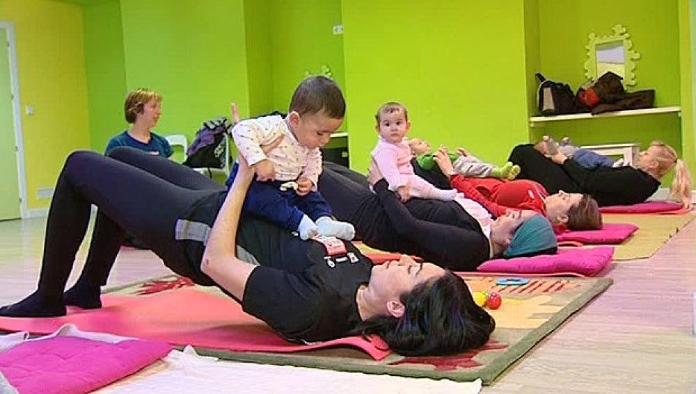 Madres hacen pilates con sus bebés