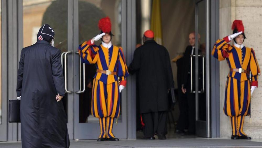 La guardia de El Vaticano saluda a uno de los cardenales