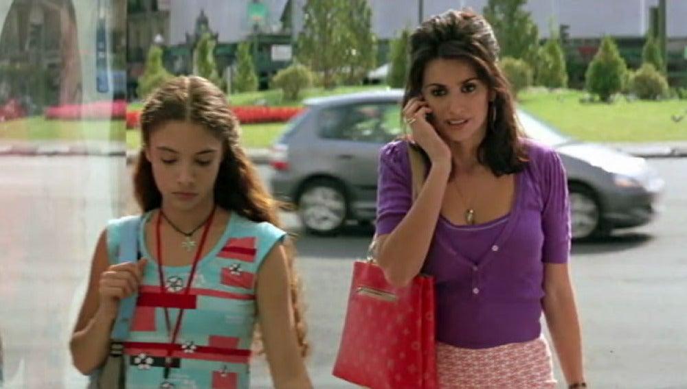 Yohana Cobo junto a Penélope Cruz en 'Volver'