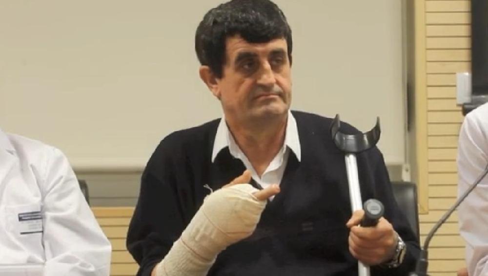 El paciente con la mano vendada tras la operación