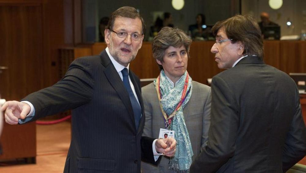 Mariano Rajoy charla con colegas europeos durante la reunión en Bruselas