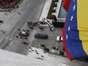 El féretro del fallecido presidente venezolano Hugo Chávez es trasladado por un coche fúnebre