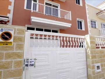 Acceso a la vivienda de la calle Basalto de Guía de Isora (Tenerife), donde se produjo el suceso