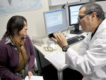 Un doctor en una consulta médica con una paciente