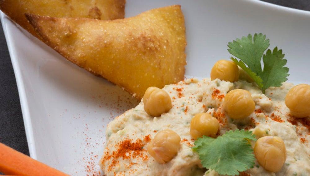 Hummus con tortillas fritas y bastones de zanahoria