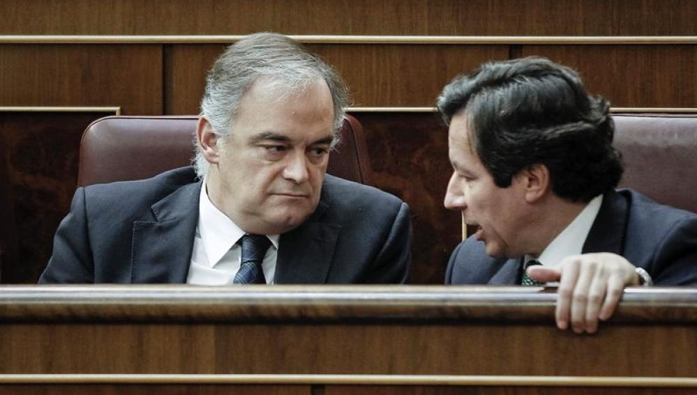 Esteban González Pons, afectado por el acoso de la PAH, charla con el portavoz del PP en el Congreso, Alfonso Alonso