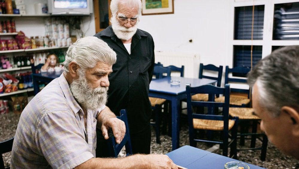 Varios ancianos en un café de Ikaria