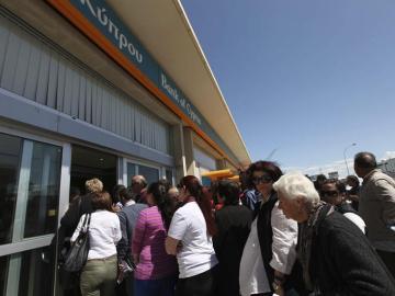 Largas colas en los bancos de Chipre