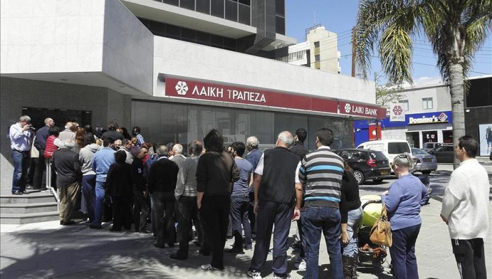 Pequeñas colas en frente de un banco chipriota.