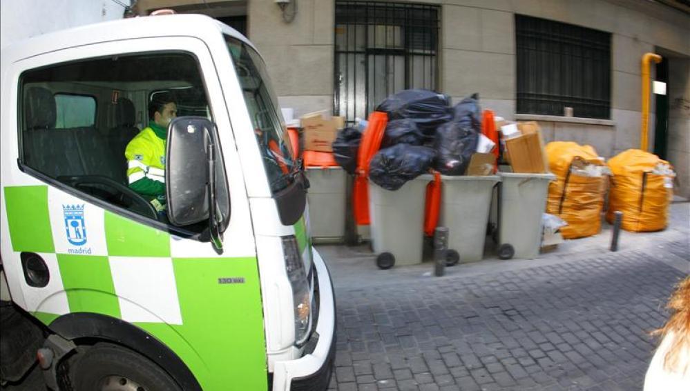Un camión de recogida de basura en una calle de la capital