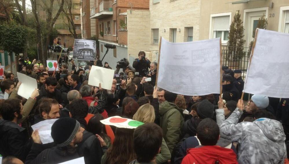 'Escrache' de activistas del PAH ante la vivienda de Soraya Sáenz de Santamaría