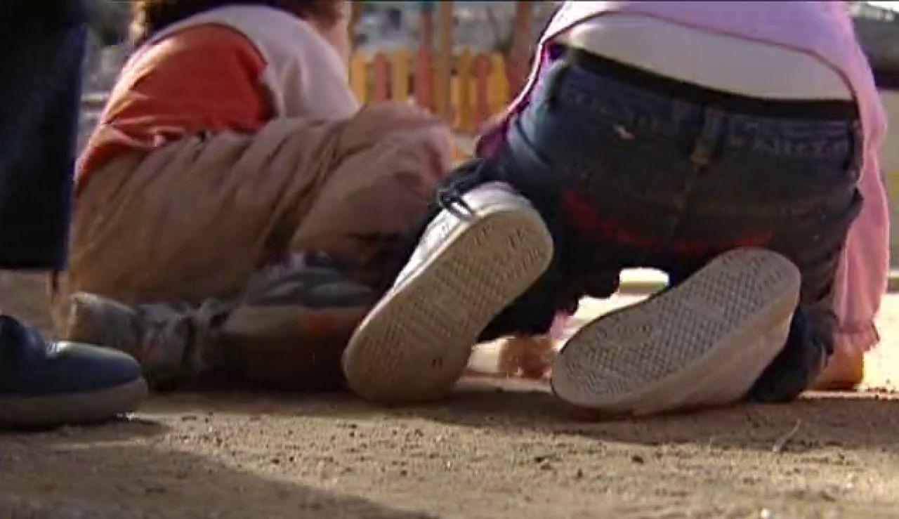 Archivo | Niños jugando de espaldas